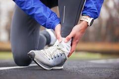 Tiro colhido de um homem novo que guarda seu tornozelo na entorse da dor um f fotografia de stock royalty free