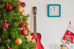 Tiro colhido de uma árvore de Natal belamente decorada Foto de Stock