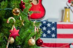 Tiro colhido de uma árvore de Natal belamente decorada Imagem de Stock Royalty Free