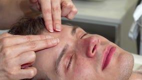 Tiro colhido de uma massagem profissional do massagista forehed do cliente masculino video estoque