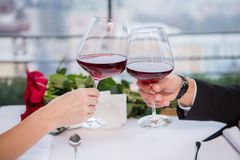 tiro colhido de vidros do tinido dos pares do vinho tinto ao comemorar o dia de são valentim do st Foto de Stock