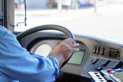 Tiro colhido do condutor de ônibus que guarda a direção whee Imagem de Stock