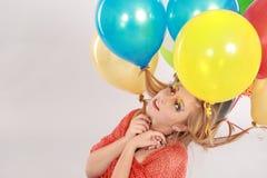 Tiro colorido de la muchacha adolescente con los globos Foto de archivo