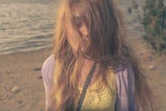 Tiro colorized de vista misterioso das mulheres louras Imagem de Stock