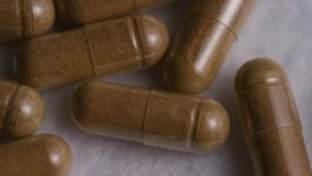 Tiro común giratorio de la cantidad de vitaminas y de píldoras almacen de metraje de vídeo