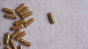 Tiro com?n giratorio de la cantidad de vitaminas y de p?ldoras metrajes