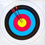 Tiro con l'arco dell'obiettivo: colpisca il segno (3 frecce) Fotografia Stock