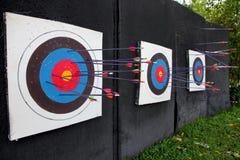 Tiro con l'arco dell'obiettivo e molto freccia. Fotografie Stock