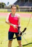 Tiro con l'arco di pratica dell'atleta femminile Immagine Stock Libera da Diritti