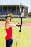 Tiro con l'arco di pratica dell'atleta femminile Fotografia Stock Libera da Diritti