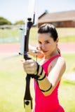 Tiro con l'arco di pratica dell'atleta femminile Immagini Stock Libere da Diritti