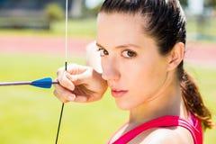 Tiro con l'arco di pratica dell'atleta femminile Fotografie Stock Libere da Diritti