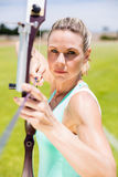 Tiro con l'arco di pratica sicuro dell'atleta femminile Fotografie Stock Libere da Diritti