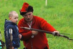 Tiro con l'arco e bambino dell'insegnante Fotografie Stock