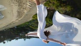 tiro 360 Concepto de la libertad Mujeres en el vestido blanco y con la bufanda que se coloca en la roca dancing vuelo mudanza metrajes