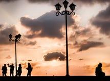 Tiro conceptual y puesta del sol de la silueta de la soledad foto de archivo