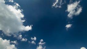 Tiro constante del cloudscape del lapso de tiempo 4k de las nubes mullidas blancas que se mueven lentamente en cielo azul profund metrajes