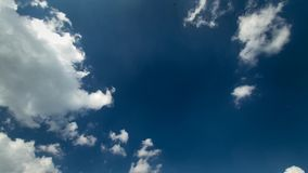 Tiro constante do cloudscape do lapso de tempo 4k das nuvens macias brancas que movem-se lentamente no céu azul profundo claro no filme