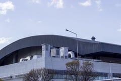 Tiro cosechado de la estructura concreta del edificio del pasillo de deporte el día soleado foto de archivo