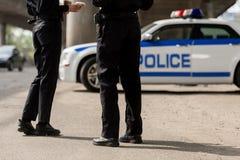 tiro cosechado de los oficiales de policía que se colocan delante de foto de archivo