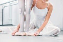 tiro cosechado del ballet practicante del profesor del ballet con poco estudiante fotos de archivo
