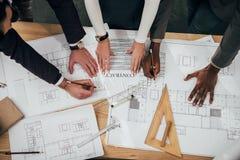 tiro cosechado del equipo de arquitectos con el contrato de edificio fotos de archivo