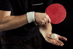 tiro cosechado del jugador de tenis con la pelota de tenis y de la estafa en manos Foto de archivo libre de regalías