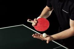 tiro cosechado del jugador de tenis con la pelota de tenis y de la estafa en manos Fotos de archivo libres de regalías