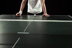 tiro cosechado del jugador de tenis que se inclina en la tabla del tenis con la estafa y la bola Foto de archivo libre de regalías