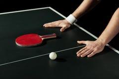tiro cosechado del jugador de tenis que se inclina en la tabla del tenis con la estafa y la bola Foto de archivo