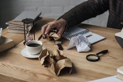 tiro cosechado del papel de arrugamiento del escritor fotos de archivo libres de regalías