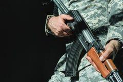 tiro cosechado del soldado que sostiene el rifle imagen de archivo libre de regalías