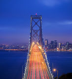 Tiro crepuscular da ponte da baía Fotografia de Stock