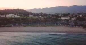 Tiro da antena do dron da praia do por do sol de Santa Barbara filme