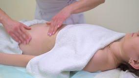 Tiro da bandeja da jovem mulher que obtém a anti massagem profissional das celulites no abdômen video estoque