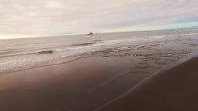 Tiro da câmera aérea Voo ao longo da câmera da praia no por do sol Vista bonita das montanhas verdes vídeos de arquivo