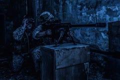 Tiro da equipe do atirador furtivo do exército com o grande rifle do calibre fotos de stock