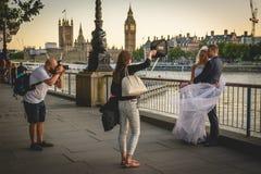 Tiro da foto do casamento no banco sul em Londres Reino Unido Em julho de 2017 fotografia de stock royalty free