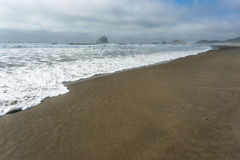 Tiro da linha costeira da praia com ondas Foto de Stock