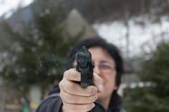 Tiro da mulher exterior com uma arma Fotografia de Stock Royalty Free