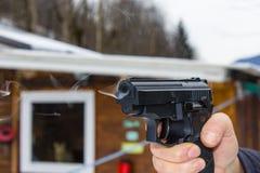 Tiro da mulher exterior com uma arma Imagem de Stock