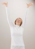 Tiro da mulher no alcance branco com os braços levantados Imagens de Stock Royalty Free