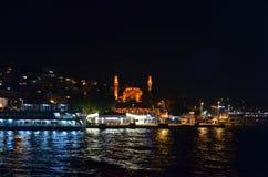 Tiro da noite da mesquita do yeni de Uskudar Fotos de Stock Royalty Free