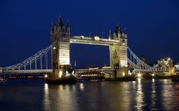 Tiro da noite da ponte da torre Fotos de Stock Royalty Free