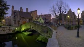 Tiro da noite da ponte de Bonifacius em Bruges, Bélgica foto de stock royalty free