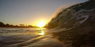 Tiro da onda do nascer do sol de Kauai fotografia de stock royalty free