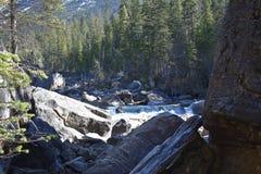 Tiro da paisagem Fim acima Vista da água que corre através das rochas Fotografia de Stock