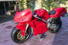 Tiro da perspectiva da bicicleta pequena vermelha do brinquedo da criança fotografia de stock
