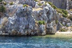 Tiro da perspectiva de escadas históricas que pertence aos povos de Lycian perto do mar Mediterrâneo foto de stock royalty free