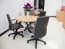 Tiro da sala de reunião vazia com mesa redonda e confortável largos Fotografia de Stock Royalty Free